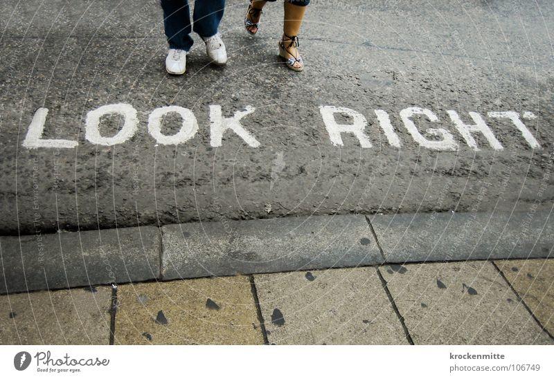 Der richtige Look weiß Stadt Ferien & Urlaub & Reisen Straße Paar Schuhe Verkehr paarweise Schriftzeichen Asphalt London Kontrolle Typographie England Straßenbelag Fußgänger