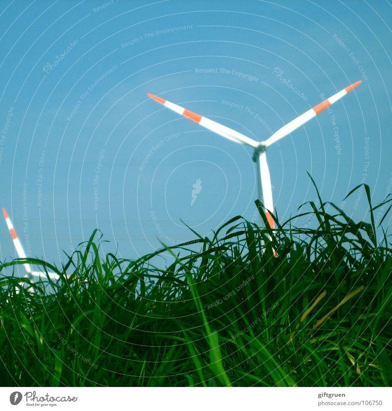 grüne energie Himmel weiß blau rot Gras Wind Industrie Energiewirtschaft Elektrizität Rasen Windkraftanlage drehen Erneuerbare Energie Generator