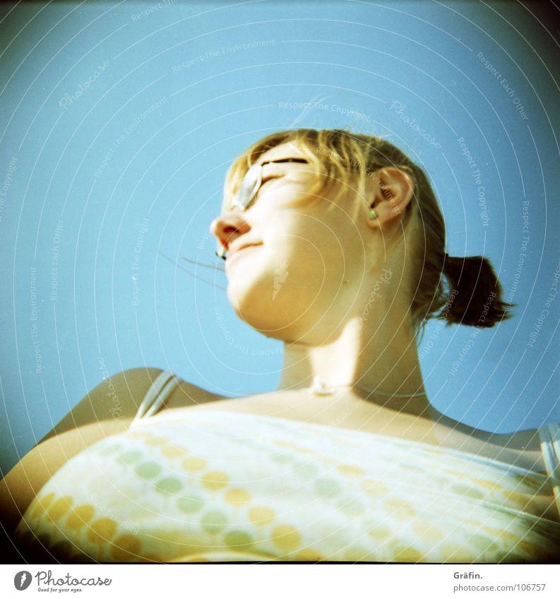 me, myself and... i Holga Selbstportrait Frau Brille Zopf blond Halskette Me Sonne Blauer Himmel unkluge Perspektive unvorteilhaft :-) Haare & Frisuren