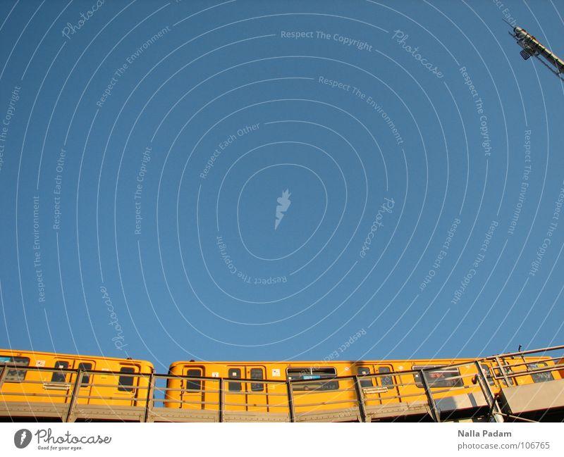 gelber Röhrenwurm im Freien Himmel blau gelb Berlin Geschwindigkeit fahren Güterverkehr & Logistik U-Bahn Passagier Öffentlicher Personennahverkehr Quietschen Berliner Verkehrsbetriebe