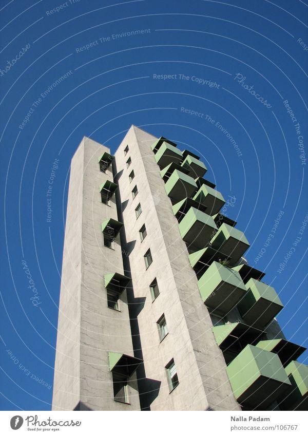 Hoch HinAus Häusliches Leben Haus Himmel Hochhaus Gebäude Balkon Beton blau grau grün Sonnenblende Kreuzberg aufwärts undefined Berlin gen Himmel John Hejduk