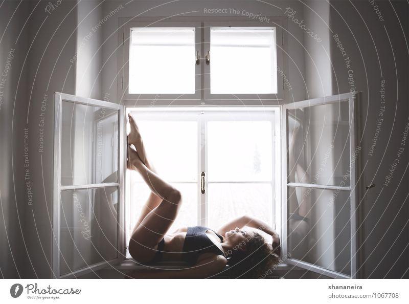steamy windows Sport Fitness Sport-Training feminin Junge Frau Jugendliche ästhetisch sportlich natürlich geheimnisvoll Fensterscheibe Körperhaltung Farbfoto