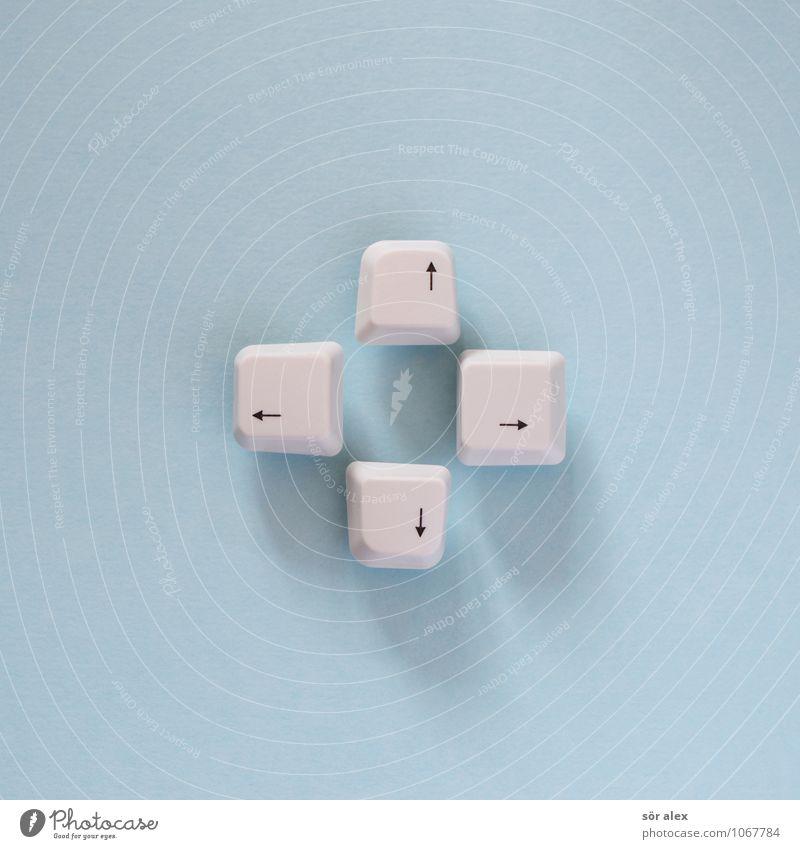 + Tastatur Zeichen Pfeil schreiben blau weiß planen Ziel Richtung Richtungswechsel lenken Steuerelemente zielstrebig Farbfoto Innenaufnahme Menschenleer