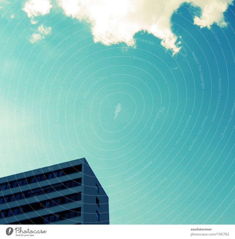 haus Himmel blau weiß Wolken schwarz Haus Fenster grau Tür Beton hoch modern Hochhaus groß Ecke unten