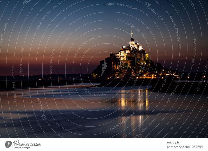 Glücksgefühl Ferien & Urlaub & Reisen Tourismus Ausflug Insel Landschaft Wolkenloser Himmel Nachthimmel Insel Mont-Saint-Michel Kirche Burg oder Schloss Turm