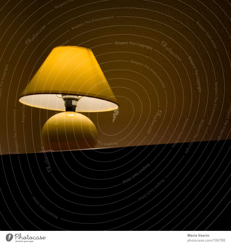 Bei Mutti Einsamkeit Lampe hell schlafen Elektrizität trist Technik & Technologie Dekoration & Verzierung entdecken Langeweile Glühbirne Schlafzimmer Lampenschirm Lichteinfall Lichtschein aktivieren