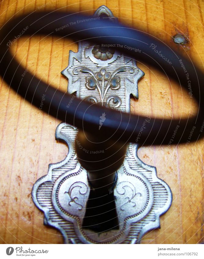 The Key... Holz klein geschlossen Sicherheit geheimnisvoll Neugier Möbel aufwärts silber Schlüssel schließen Ornament Schrank Maserung Schlüsselloch verziert