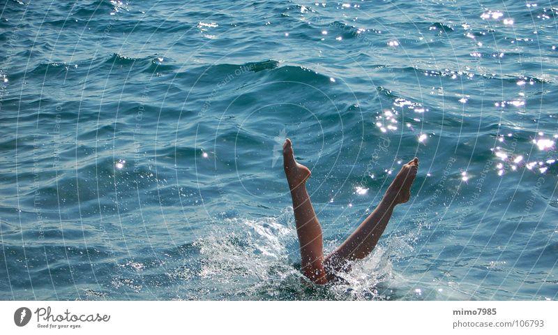mehr Prima Ballarina Frau Wasser schön Meer blau Sommer Strand Ferien & Urlaub & Reisen Sport springen Fuß See Wärme Beine hell Wetter