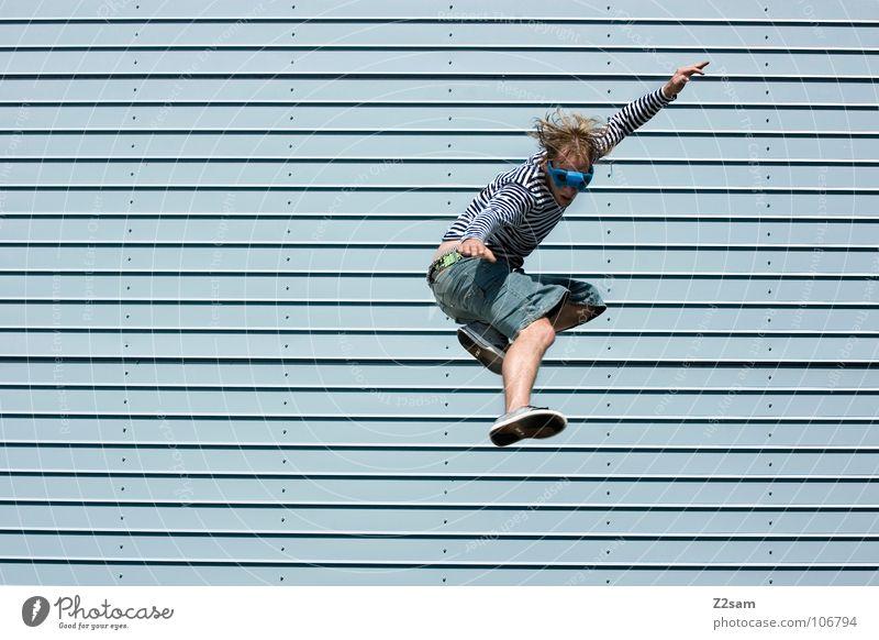 absprung III springen Haus Hochhaus Wolken chinesische Kampfkunst Karate Kick Aktion lässig Schneidersitz Kampfstellung Brille Mann abwärts Lamelle modern hause