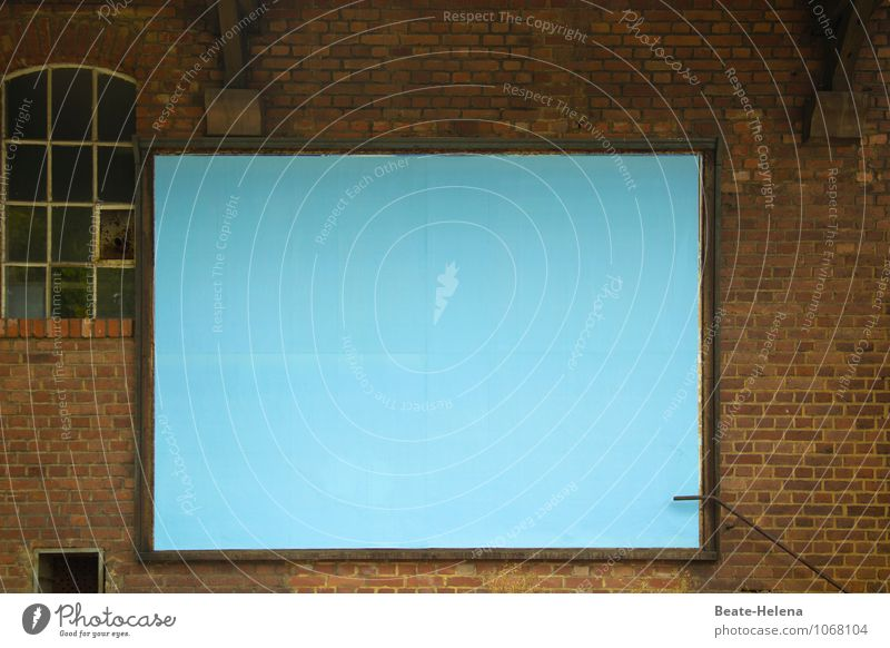 Raum für Neues Kunstwerk lesen Stadt Menschenleer Bauwerk Gebäude Mauer Wand Backstein Denken Erholung Kommunizieren warten alt ästhetisch Sauberkeit blau braun