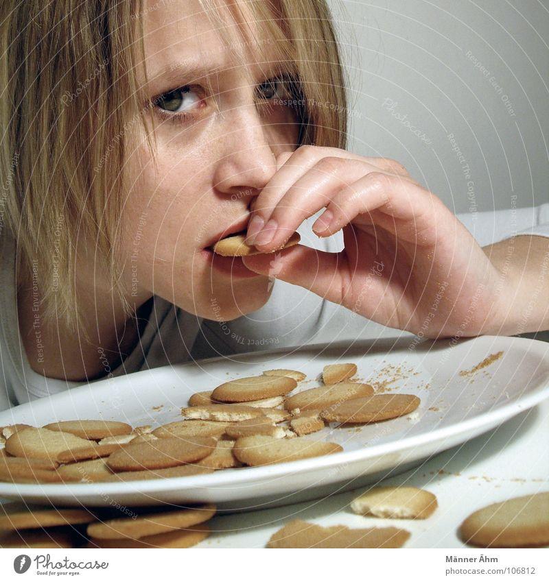 Krümelmonster #2 Keks Plätzchen Backwaren Ernährung Süßwaren Frau Tisch Teller weiß rund krümeln Blick Haare & Frisuren Essen