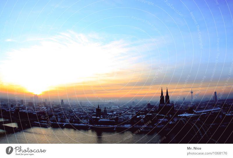 kilometerweit Umwelt Landschaft Himmel Winter Klima Schönes Wetter Stadt Stadtzentrum Altstadt Skyline bevölkert Dom Sehenswürdigkeit Wahrzeichen blau gelb
