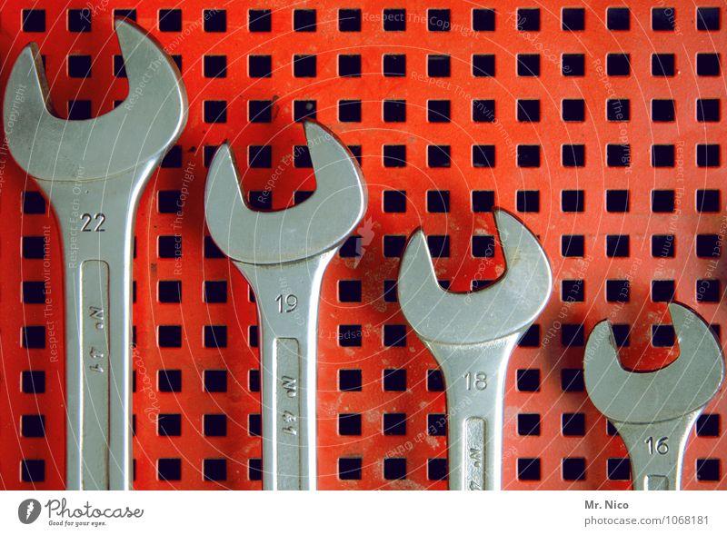 22-19-18-16 Keller Handwerker Werkzeug glänzend grau rot silber Ordnung Werkstatt Ziffern & Zahlen Lochblech sortieren Größenunterschied Schraubenschlüssel