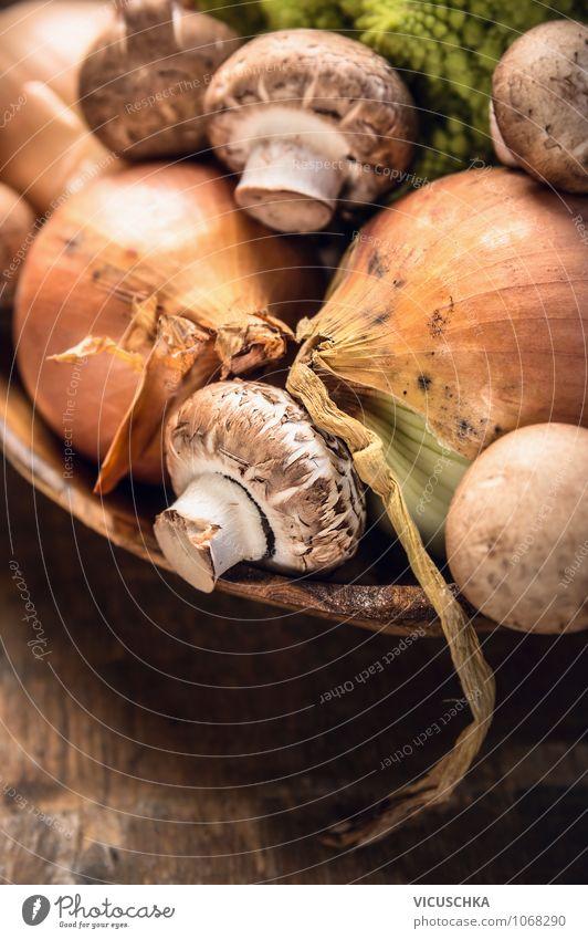 Champignons und Zwiebel in Holzschüssel Natur Gesunde Ernährung gelb Leben Stil Hintergrundbild Garten Lebensmittel Design Tisch Kochen & Garen & Backen Küche