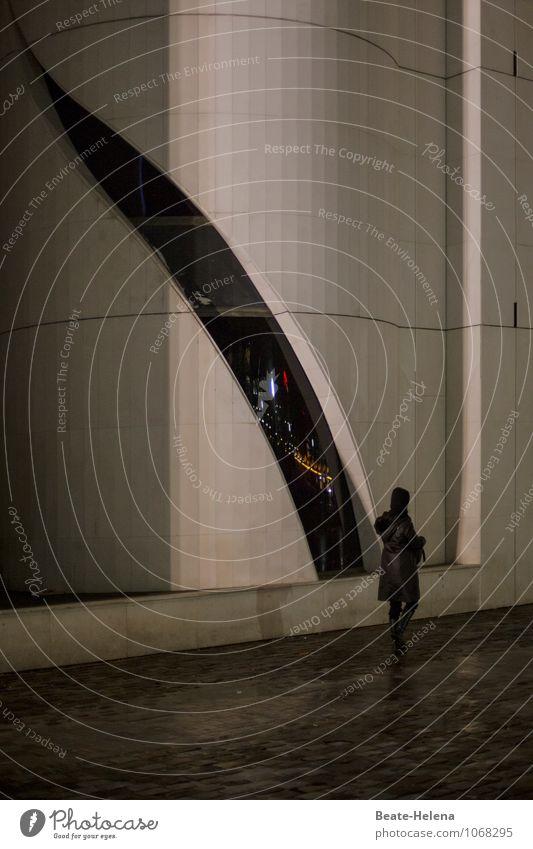 Urbane Einsichten Frau Ferien & Urlaub & Reisen Erwachsene Straße Architektur Bewegung Stil außergewöhnlich Fassade Regen Freizeit & Hobby Design elegant modern