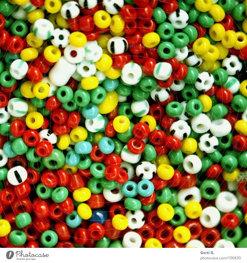 wir basteln Perlenkette Basteln kaputt mehrfarbig Handwerk weiß rot gelb grün gestreift winzig klein filigran Haufen mehrere Kinderspiel Schmuck Kunststoffperle