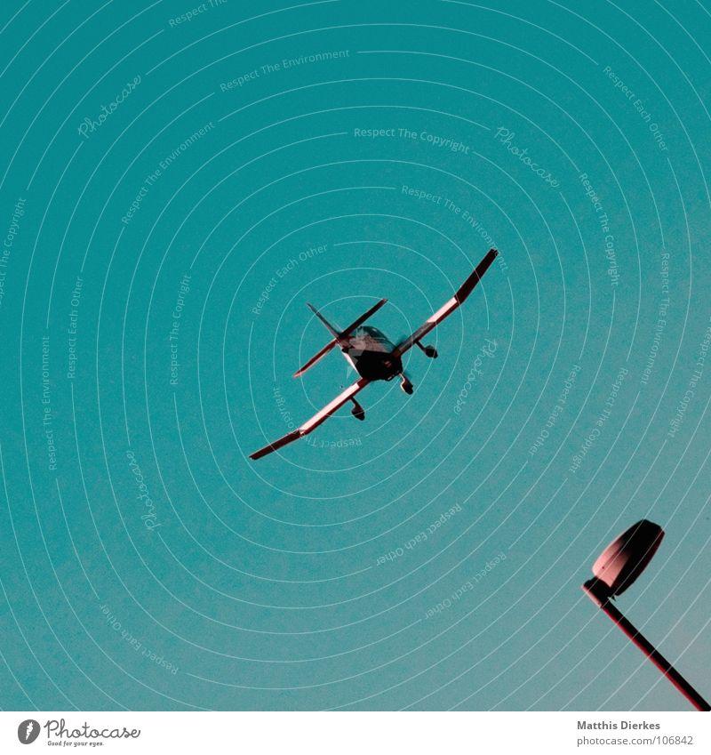LANDUNG Flugzeug Segelflugzeug Segelflugplatz Segelfliegen Gegenlicht Sommer Nachmittag grell dunkel schwarz Entführung Anschlag Blende blenden Sonnenbrille