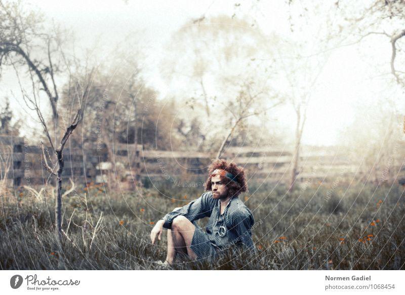 Hippie Veranstaltung maskulin Mann Erwachsene Haare & Frisuren 1 Mensch Subkultur Bart Vollbart Behaarung sitzen Frieden Freiheit Gras Rauschmittel Rauchen