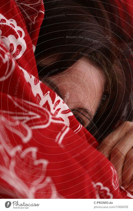 Der frühe Vogel kann mich mal! Mensch Frau Jugendliche Junge Frau Erholung Einsamkeit rot Erwachsene Traurigkeit feminin Haare & Frisuren braun Kopf Angst