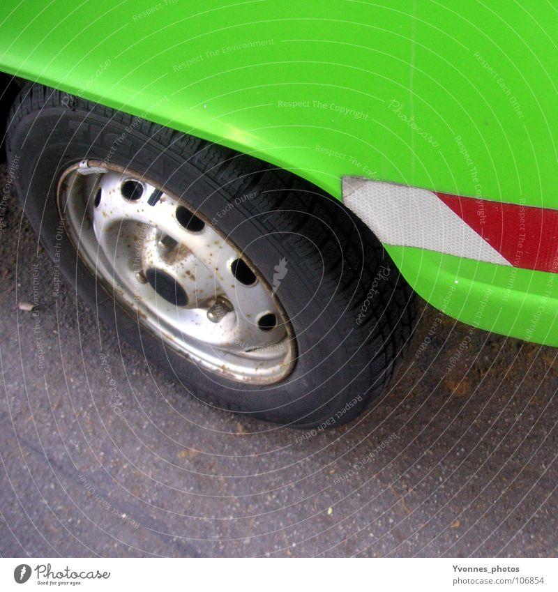 Grüner als grün II grün Farbe Straße Stil PKW Metall Tür glänzend Verkehr Perspektive Streifen retro fahren KFZ Verkehrswege Mobilität