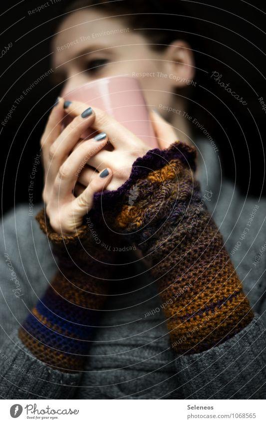 abwarten Lebensmittel Ernährung Getränk trinken Heißgetränk Kakao Kaffee Tee Geschirr Tasse Becher Nagellack Mensch Frau Erwachsene Arme Hand Finger 1 Winter