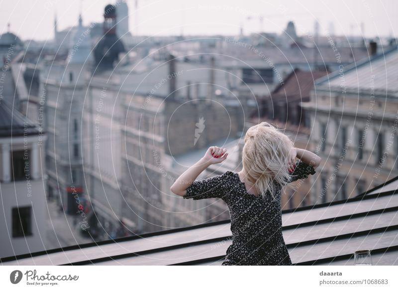 mind Jugendliche Stadt schön Junge Frau Erotik Freude Leben feminin Spielen Stimmung Lifestyle glänzend Freizeit & Hobby wild elegant blond