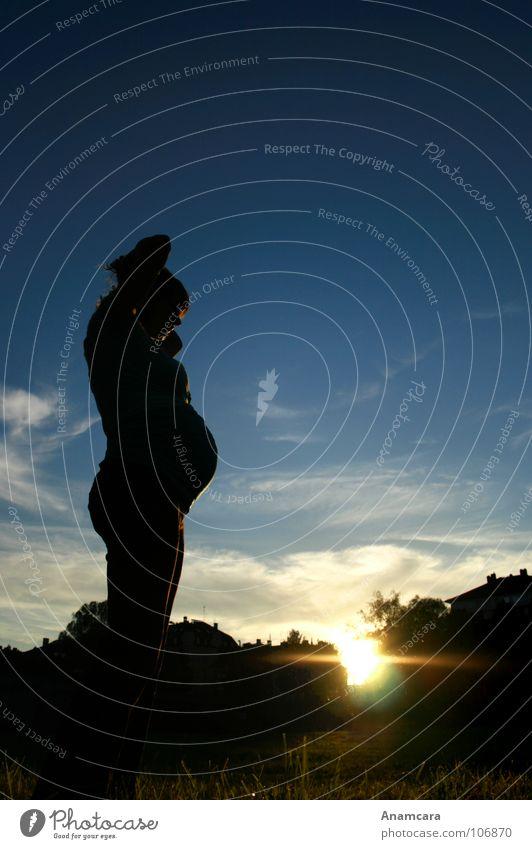 Twosome schwanger rund Frau Mutter Embryo Wolken Zusammensein Sonnenuntergang Gras Wiese Wohlgefühl Geburt mystisch Baum Geborgenheit Licht Muttergefühl