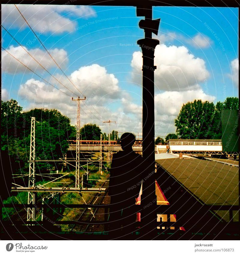 Ostkreuz Mensch Stadt Einsamkeit Wolken Wege & Pfade maskulin Verkehr warten beobachten Brücke retro Vergangenheit Gleise Hauptstadt Säule Nostalgie