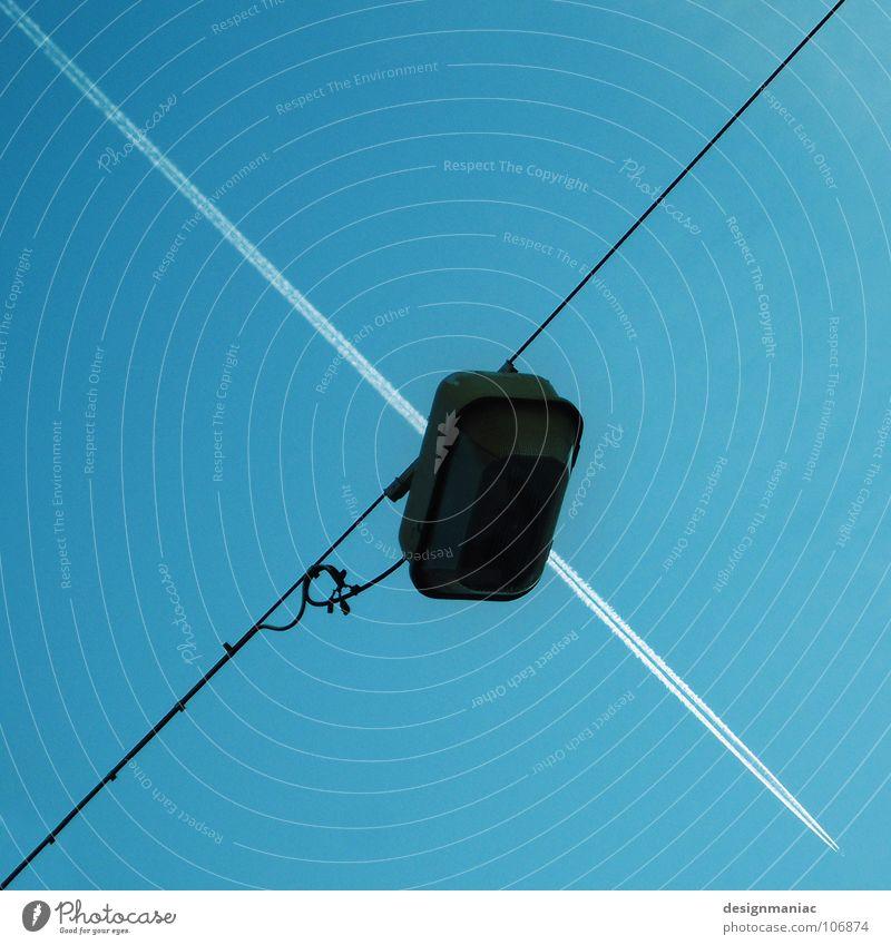 Fluglicht Teilung Kreuzfahrer zerspringen hacken Strukturen & Formen Zielkreuz Treffer Volltreffer Wolken zielen Licht schwarz dunkel schießen Dreieck