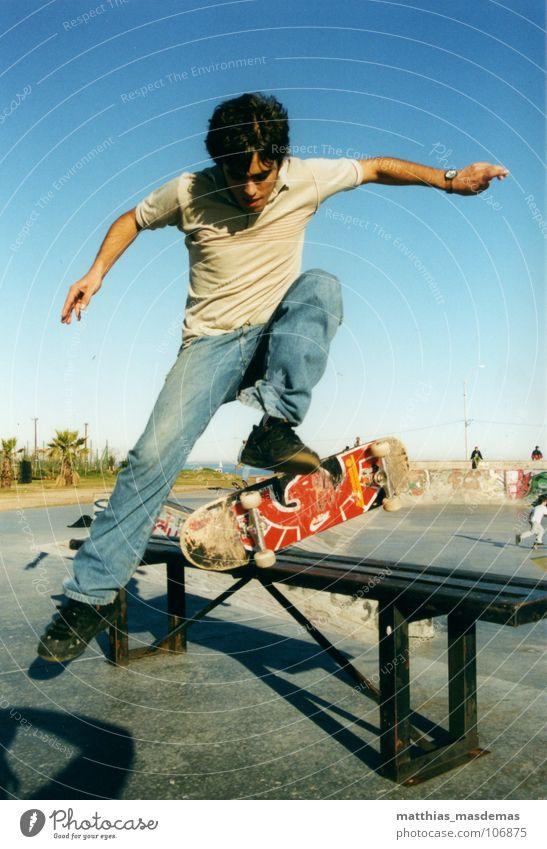 Skatepark Montevideo (Uruguay) Dos Freude springen Bewegung Beine Zufriedenheit Arme fliegen Horizont Geschwindigkeit Luftverkehr Jeanshose Bank