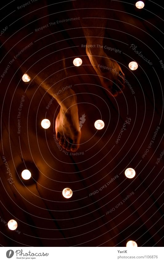sternenboden Kerze Teelicht Licht dunkel Romantik Reflexion & Spiegelung schwarz Holzfußboden gehen stehen rot träumen Schlafwandeln hypnotisch Horoskop hell