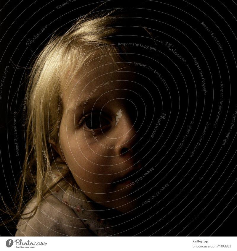 gutenachtgeschichte Kind Mädchen Kleinkind verschlafen träumen Porträt Schlafanzug Lippen blond Nachtruhe vorlesen klein Müdigkeit Fantasygeschichte Gesicht