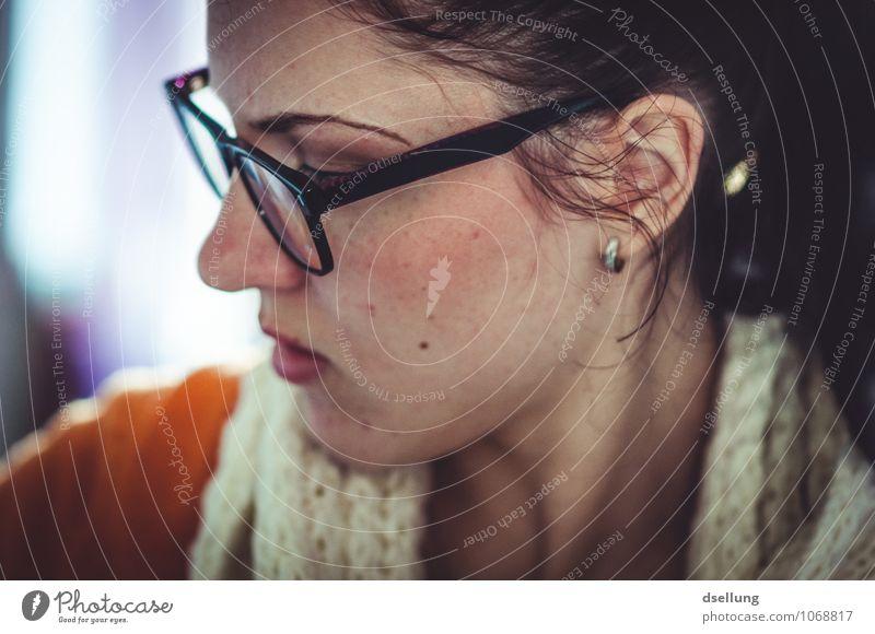 nachdenklich. feminin Junge Frau Jugendliche Gesicht 1 Mensch 18-30 Jahre Erwachsene Brille Schal Ohrringe brünett beobachten schön Stimmung Kraft Willensstärke