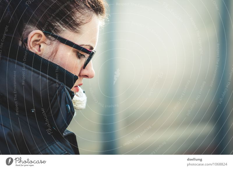 wenn jetzt sommer wär. Mensch feminin Junge Frau Jugendliche Kopf Gesicht 1 18-30 Jahre Erwachsene Herbst Winter Jacke Mantel authentisch frisch schön kalt blau