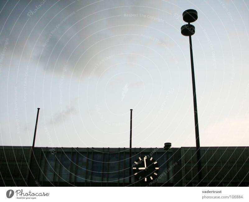 Hauptbahnhof München Himmel blau Ferien & Urlaub & Reisen Wolken Haus grau Lampe Zeit Uhr Dach Straßenbeleuchtung Bahnhof Abenddämmerung Ankunft