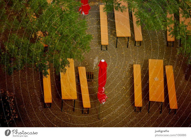 Saisonende Biergarten Tisch Sonnenschirm Feierabend Ende Herbst Blatt Baum Vogelperspektive abwärts leer Gastronomie Farbe Bank aus herab