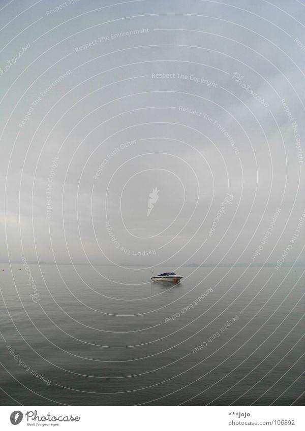silence See Wasserfahrzeug ruhig grau Nebel Sportboot Italien Gewässer Wolken schlechtes Wetter Morgen Windstille Ferien & Urlaub & Reisen Erholung grau in grau