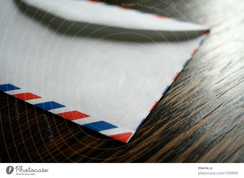 luftpost blau weiß rot Holz braun offen Geschwindigkeit Papier Tisch Ecke Streifen schreiben Kontakt Kasten Brief Post