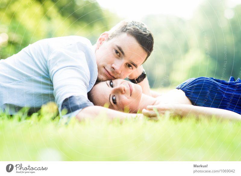 Close Mensch maskulin feminin Frau Erwachsene Mann Paar 2 18-30 Jahre Jugendliche Lächeln Liebe liegen Fröhlichkeit Gesundheit Glück hell blau gelb grün weiß