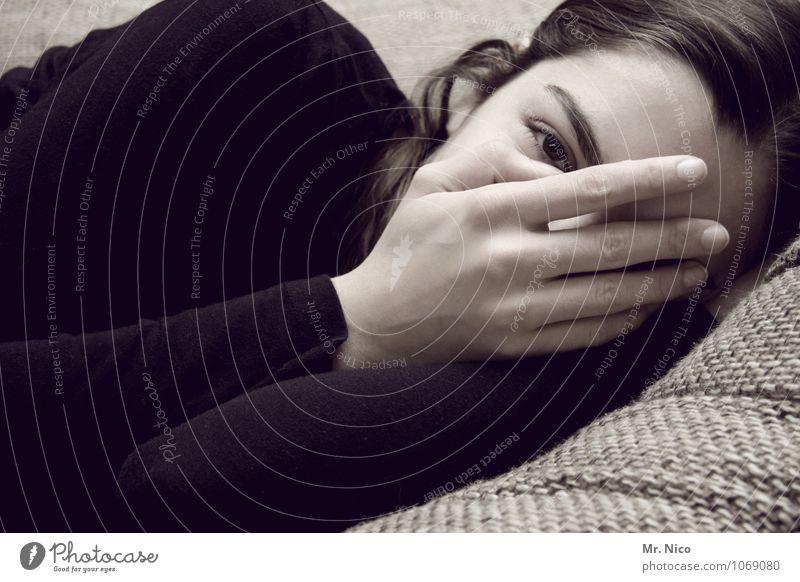 ausgelangweilt Lifestyle Zufriedenheit Erholung ruhig Häusliches Leben feminin Mädchen Auge Hand Finger Pullover langhaarig liegen schlafen kuschlig Vertrauen