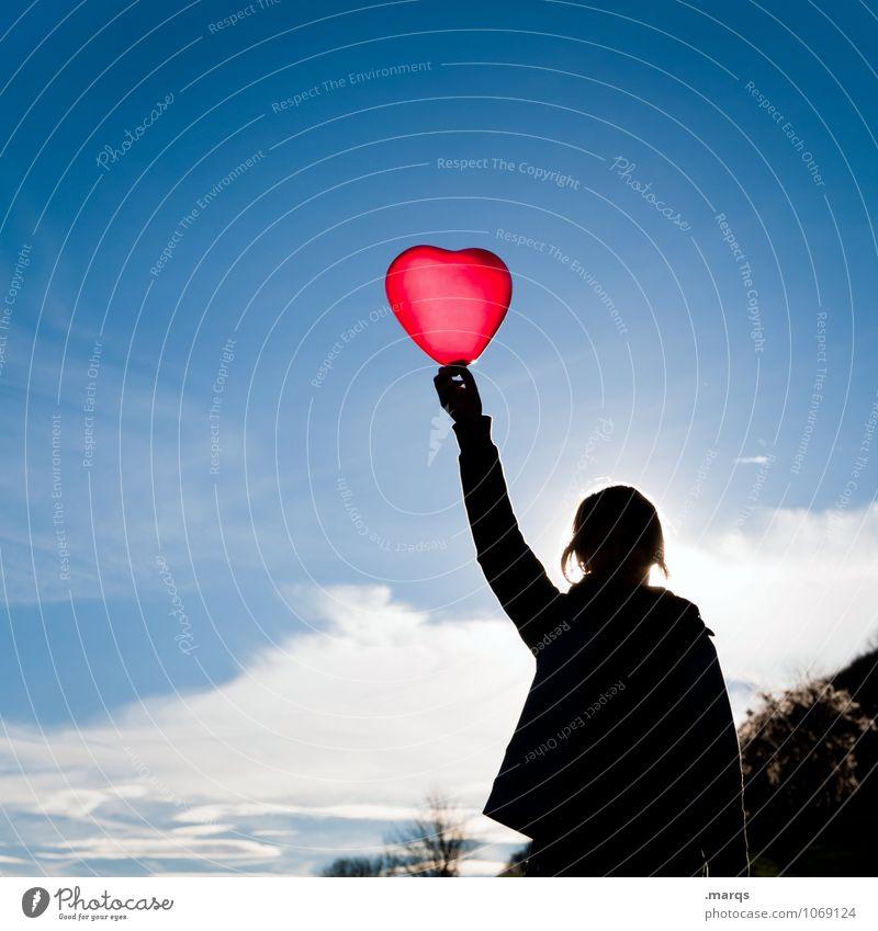 Zum Muttertag feminin Frau Erwachsene Körper Arme 1 Mensch Himmel Wolken Schönes Wetter Zeichen Herz Liebe Romantik Freude Leben Farbfoto Außenaufnahme