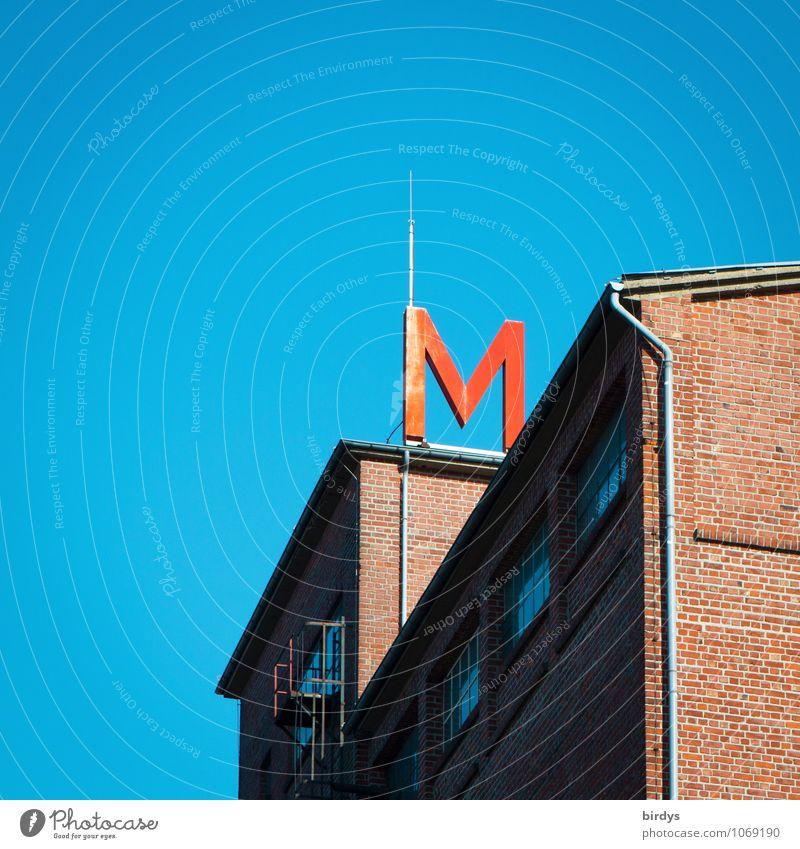 M Wolkenloser Himmel Schönes Wetter Haus Bauwerk Backsteinhaus Fabrik Dachrinne Leuchtreklame Blitzableiter Schriftzeichen oben blau rot Leuchtbuchstabe Werbung
