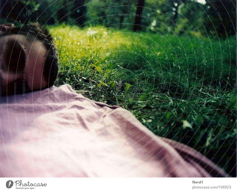 Liegen grün Mann rosa ruhig schlafen Langeweile Frieden liegen Natur Kopf Außenaufnahme Männerkopf Rasen Gras Wiese Decke Gesichtsausschnitt Männergesicht