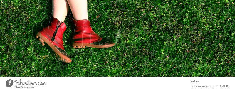 rot auf gruen grün Wiese Park Schuhe Erholung passieren Sommer bedrohlich Gras Pause Freizeit & Hobby Mensch Nahaufnahme Textfreiraum Platz schön Physik