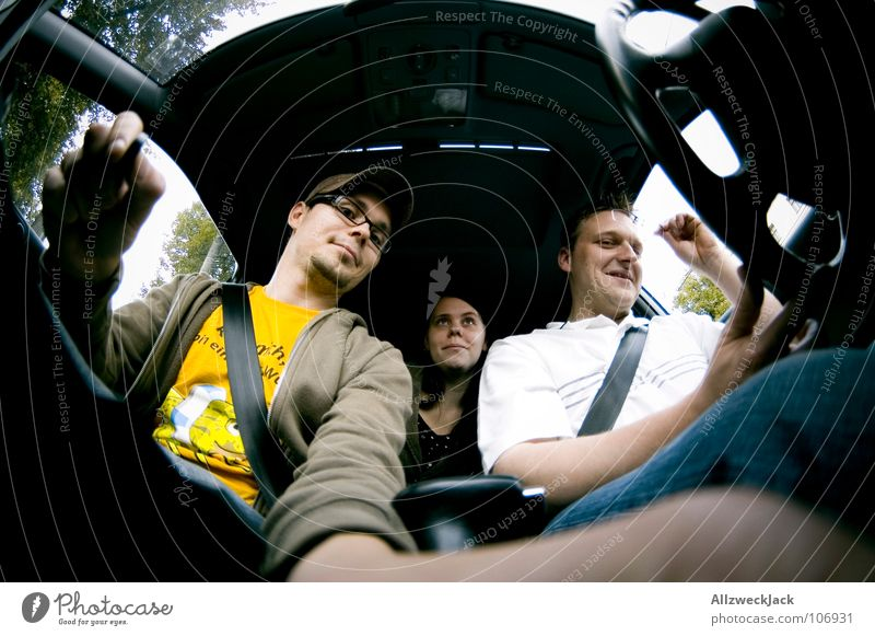 unterwegs fahren Fahrer Beifahrer KFZ Mitfahrgelegenheit Mobilität Fischauge Autofahren Raum Passagier Freude Verkehr PKW mitfahren Fahrradlenker Rasen