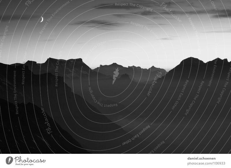 Monduntergang weiß schwarz Wolken kalt Berge u. Gebirge Luft wandern Wetter Freizeit & Hobby Klima Schweiz Sauberkeit Klarheit Alpen Mond Bergsteigen