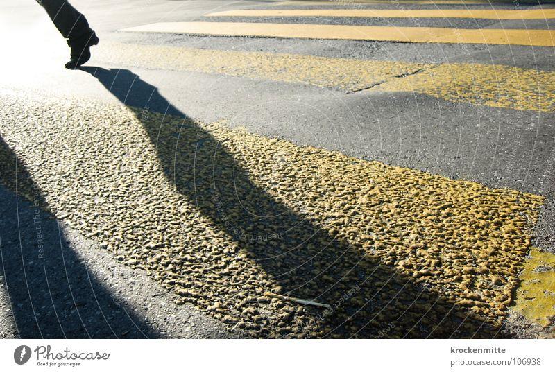 traverser la route III Zebrastreifen Fußgänger Schuhe gelb Asphalt Verkehr Stadt gehen Überqueren betoniert Teer Streifen Verkehrswege Schatten Straße