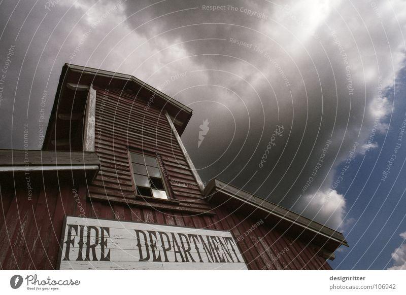 Heldentum alt Haus Wolken Brand Wetter gefährlich bedrohlich Sturm historisch brennen Rettung retten Feuerwehr Western löschen