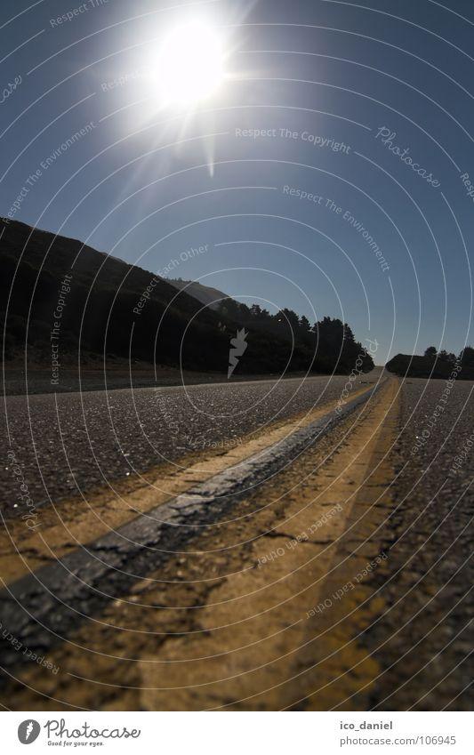 Pacific Highway I Sonne Himmel Wolkenloser Himmel Straße Autobahn Linie Streifen hell blau gelb grau Kalifornien Asphalt USA Farbfoto Außenaufnahme Sonnenlicht