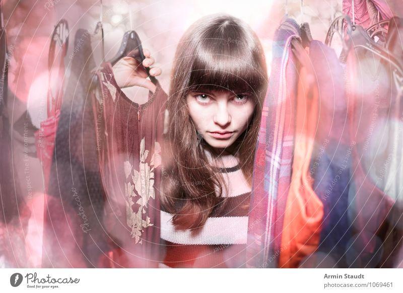 Neulich im Kleiderschrank Lifestyle kaufen Stil schön Haare & Frisuren Mensch feminin Junge Frau Jugendliche 1 13-18 Jahre Kind Bekleidung langhaarig Pony
